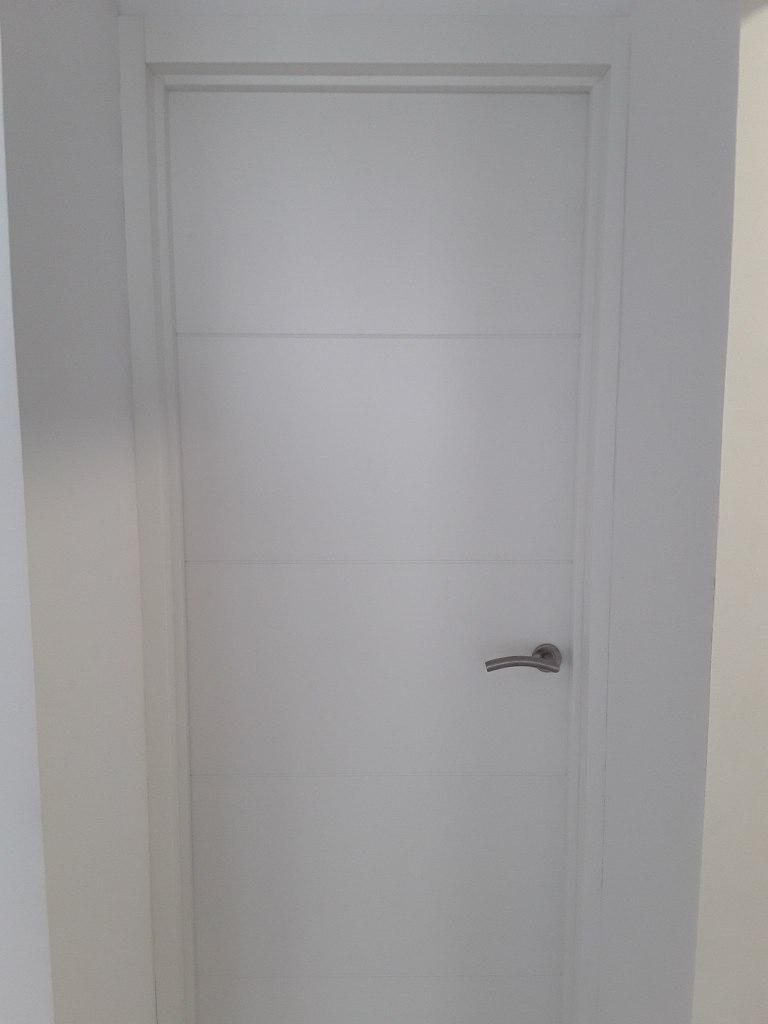9) Puertas color blanco